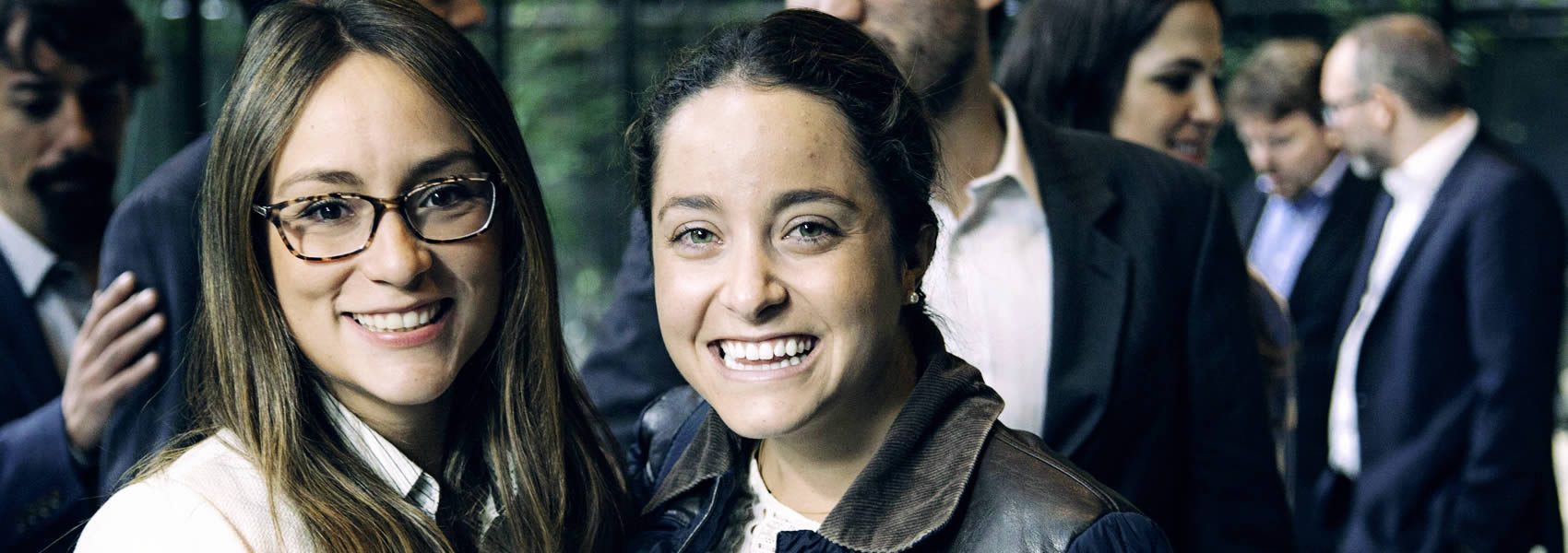 foto de dos chicas en evento
